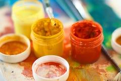不同颜色和画笔树胶水彩画颜料  免版税库存图片