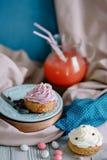 不同颜色蛋糕在静物画的 免版税库存图片