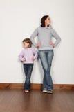 不告诉恼怒的女儿争议的母亲 免版税库存照片