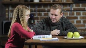 不喜欢出门的有研究的爸爸帮助的女儿 股票视频