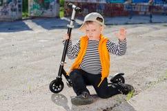 不喜被拍照的小男孩 图库摄影