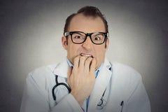 不安全,疯狂的男性戴眼镜的医生不定的精神病医生 免版税库存照片