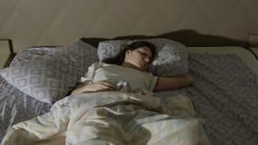不安定的梦想 一个少妇有一个恶梦 免版税库存图片