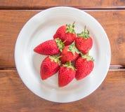 不完美的草莓 免版税库存照片