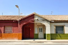 不对称的对称,普遍的建筑学,连栋房屋在城市的一个谦逊的邻里 库存照片