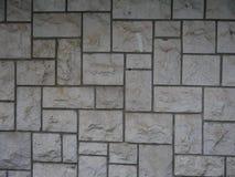 不对称的老灰色石砖墙 免版税库存图片