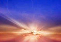 不少夏天晚上五颜六色的日落天空与某一剪影的 免版税库存照片