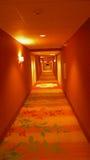 不尽的旅馆走廊 免版税库存照片