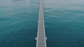 不尽的无限码头或桥梁在开阔水域 股票视频