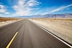 不尽的沙漠路在死亡谷,美国 免版税图库摄影