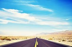不尽的沙漠路在死亡谷,美国 库存照片