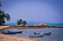 不尽的海、含沙小条和小船的宏伟的视图在芭达亚,泰国 库存照片