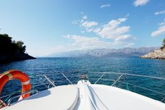 不尽的海和山的一个美好的风景 免版税库存照片