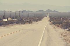 不尽的路在亚利桑那沙漠,美国 免版税库存图片