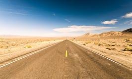 不尽的路在亚利桑那沙漠,美国 免版税库存照片