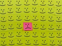 不快乐和愉快的概念 稠粘的笔记背景  库存照片