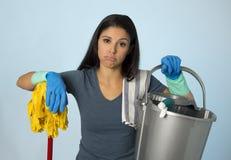 不快乐和沮丧的家务妇女藏品拖把和洗涤桶作为旅馆擦净剂服务或女仆 免版税库存图片