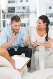 不快乐的人谈话在夫妇疗期 免版税库存照片
