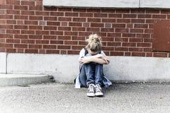 不快乐的前青少年的女孩在学校 库存照片
