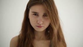 不快乐的哀伤的十几岁的女孩被隔绝在白色背景 股票录像