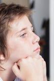 不快乐的哀伤的男孩,面孔接近的被注重的孩子 免版税库存图片