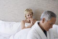 不快乐的夫妇在卧室 免版税库存图片