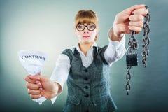不快乐的女商人陈列被弄皱的合同 免版税库存照片