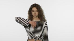 不快乐的妇女拇指下来在白色背景 哀伤的女孩展示反感画象  股票视频