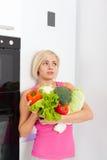 不快乐的妇女未加工的新鲜蔬菜冰箱 库存照片