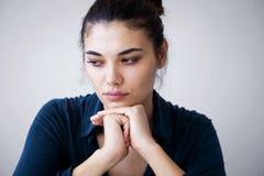不快乐的妇女画象灰色背景的 免版税库存照片
