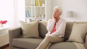 不快乐的妇女遭受的牙痛在家 股票录像