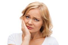 不快乐的妇女遭受的牙痛 库存图片