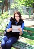 不快乐的妇女读信 免版税库存图片