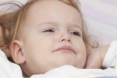 不快乐的婴孩床 库存照片