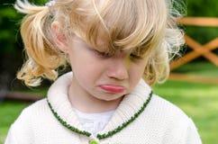 不快乐的白肤金发的女孩 库存图片