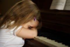不快乐的钢琴演奏者 免版税库存图片