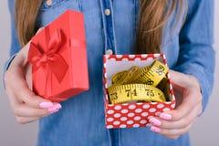 不快乐的震惊惊奇哀伤的翻倒播种的特写镜头照片她她的拿着有卷尺里面的夫人箱子她包装 免版税库存照片