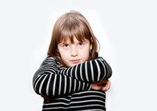 不快乐的青少年的女孩用横渡的手 库存照片