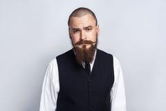 不快乐 与看与哀伤的不快乐的面孔的胡子和把手髭的英俊的商人照相机 库存照片