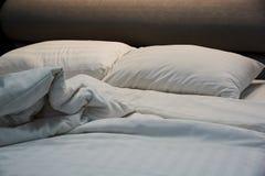 不整洁毯子,在床上的枕头 免版税库存图片