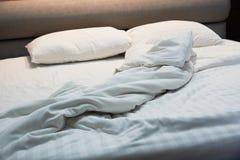 不整洁毯子,在床上的枕头 库存照片