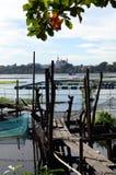 不整洁,风化毁坏湖的损坏的湖脚桥梁环境问题 免版税图库摄影