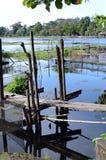 不整洁,风化毁坏湖的损坏的湖脚桥梁环境问题 免版税库存照片