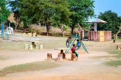 不明身份的地方小男孩充当村庄公园 免版税库存照片