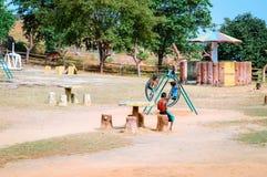 不明身份的地方小男孩充当村庄公园 免版税库存图片