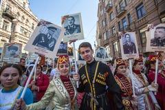 不朽的军团-公开行动的参加者,在期间参加者运载他们的亲戚画象参与 图库摄影