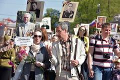 不朽的军团-有他们的亲戚画象的人们,参加者在第二次世界大战,在胜利天游行 图库摄影