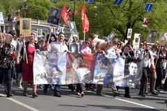 不朽的军团-有他们的亲戚画象的人们,参加者在第二次世界大战,在胜利天游行 免版税图库摄影