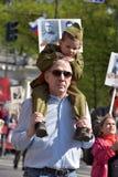 不朽的军团-有他们的亲戚画象的人们,参加者在第二次世界大战,在胜利天游行 库存图片