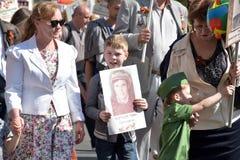 不朽的军团-有他们的亲戚画象的人们,参加者在第二次世界大战,在胜利天游行 库存照片